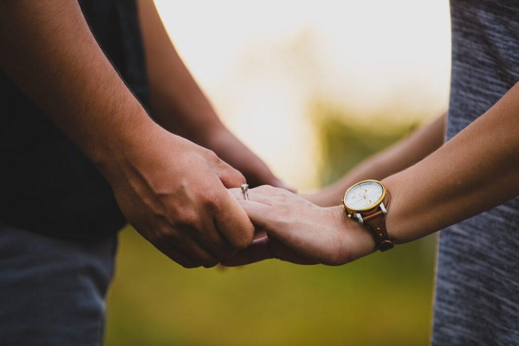 デート 手 を 繋ぐ